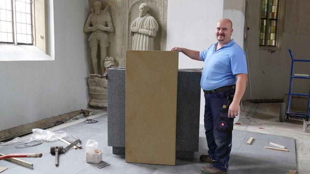 Marco Lehmann nach Fertigstellung der Kanzel in der Schlosskirche in Remseck Hochberg